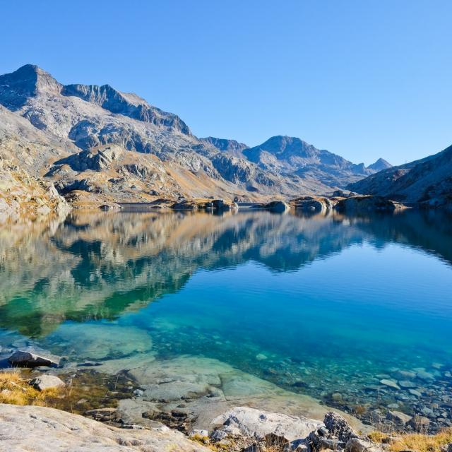les sommets du massif d'Allevard se reflètent dans le lac Carré