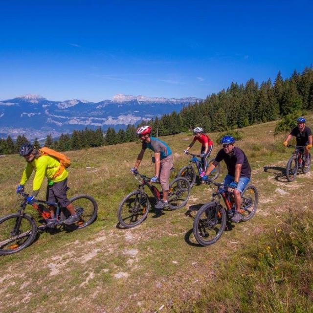 Balade en vélo électrique de aux 7 Laux en été