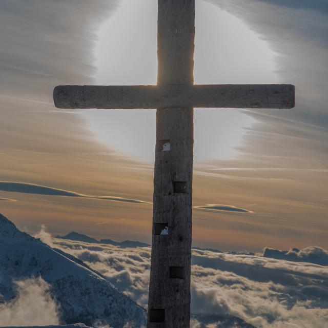 Croix des 7 Laux en hiver devant un beau coucher de soleil