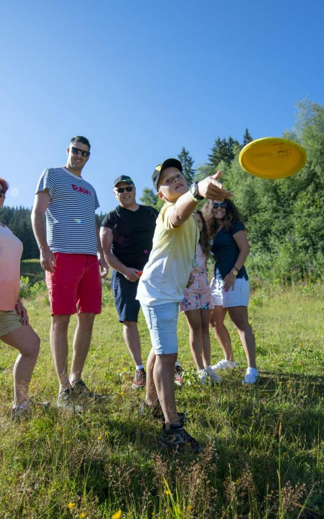 famille faisant du Disc-golf aux 7 Laux en été