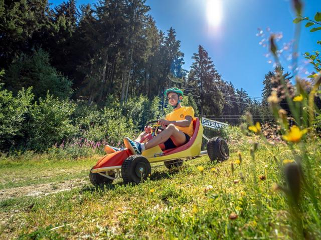 Enfant sur un kart en été aux 7 Laux