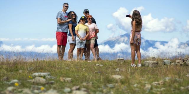famille en à pieds en balade aux 7 Laux en été