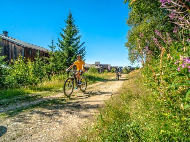 Sortie en vélo éléctrique en été aux 7 Laux