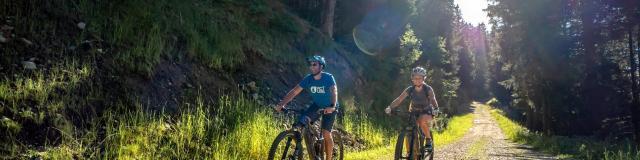 Groupe de cyclistes aux 7 Laux en été