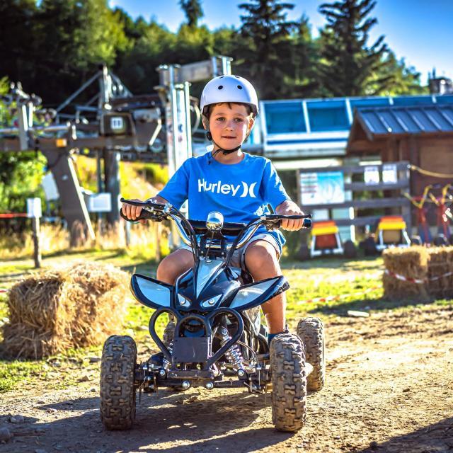 enfant sur un quad électrique aux 7 Laux en été