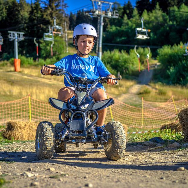 Enfant en quad électrique aux 7 Laux en été
