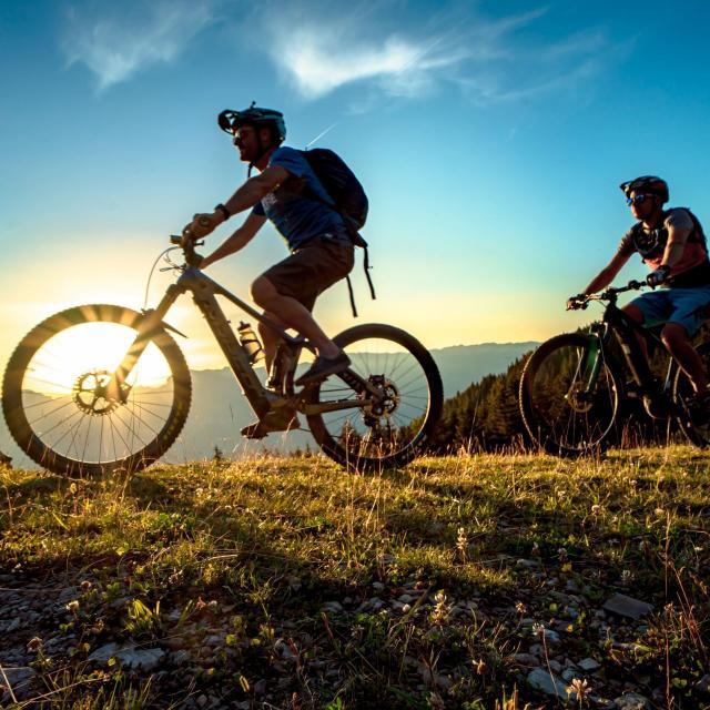 Balade en vélo électrique de nuit sous un coucher de soleil