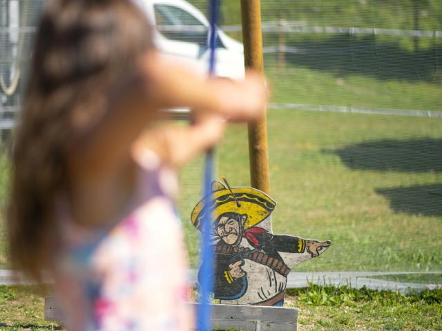 Tir à l'arc dans un cible aux 7 Laux en été