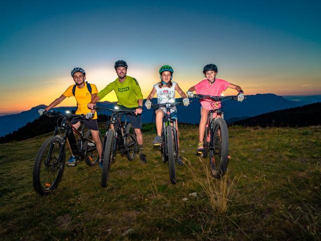 Groupe faisant du vélo nocturne en montagne aux 7 Laux