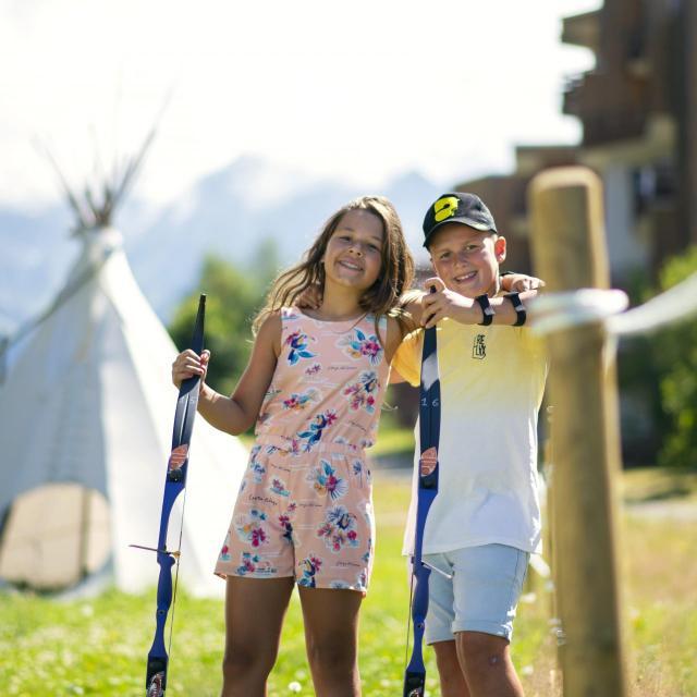 Jeunes enfants faisant du tir à l'arc aux 7 laux en été