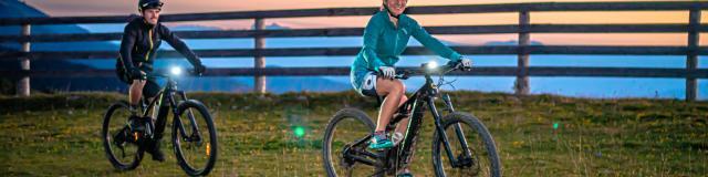 Vélo à assistance électrique en nocturne