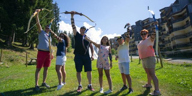 Groupe faisant du tir à l'arc aux 7 Laux en été