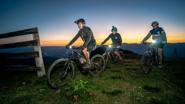 groupe de cyclistes avec lampes frontales en nocturne aux 7 Laux