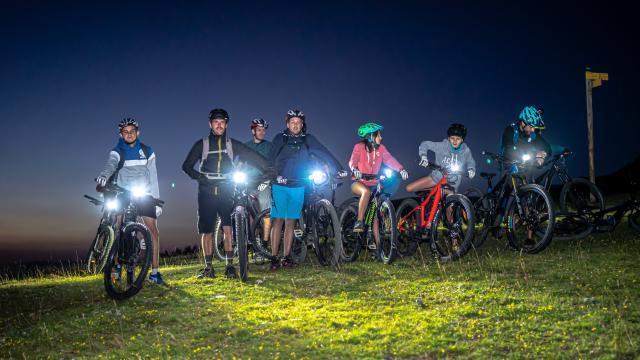 groupe de cyclistes avec des lampes frontales en montagne aux 7 Laux