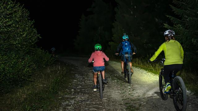 Vélo éléctrique nocturne en montagne aux 7 Laux