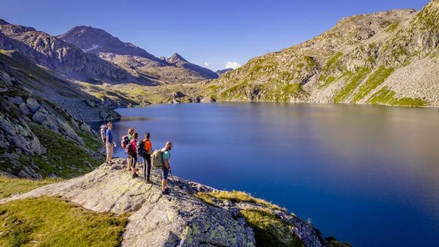 Groupe de randonneurs devant un des lacs des 7 Laux