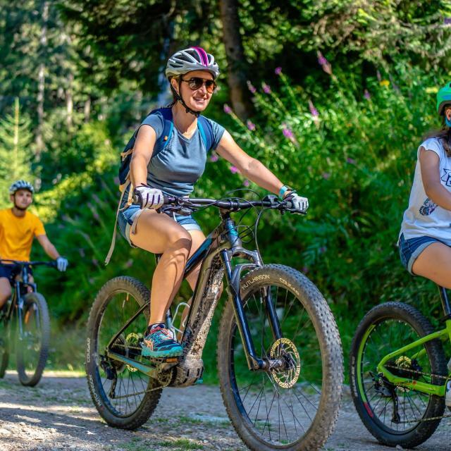 Balade en vélo à assistance électrique en famille aux 7 Laux