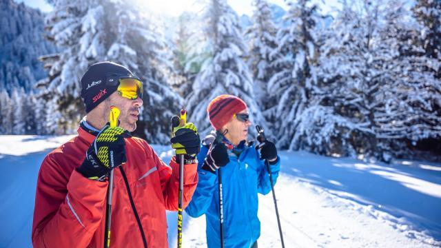 Couple de skieurs de fond en hiver aux 7 Laux