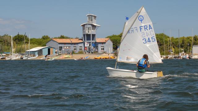 Photo d'un cours de voile à la base nautique du Cercle De Voile Du Cap Leucate