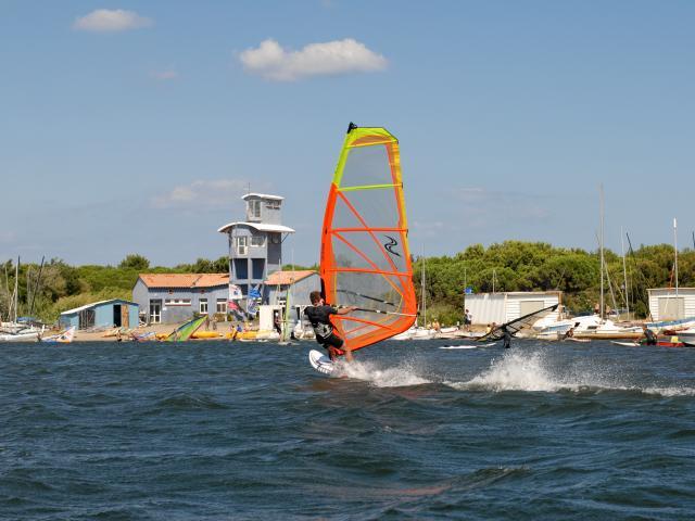 Photo d'un cours de planche à voile à la base nautique du Cercle De Voile Du Cap Leucate