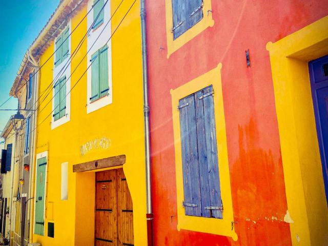 Photo des façades colorées de Leucate Village