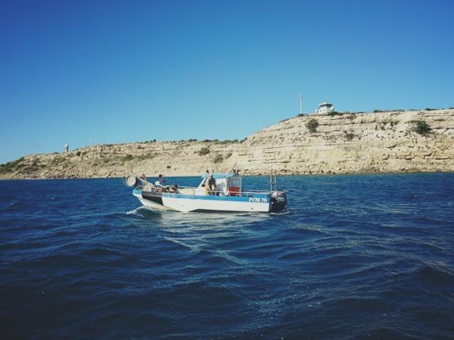 Bateau de Pêche au pied de la falaise de Leucate