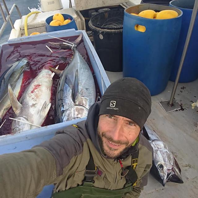Photo d'Erwan pêcheur ligneur à Leucate de retour de pêche, vue sur les thons rouges du jour