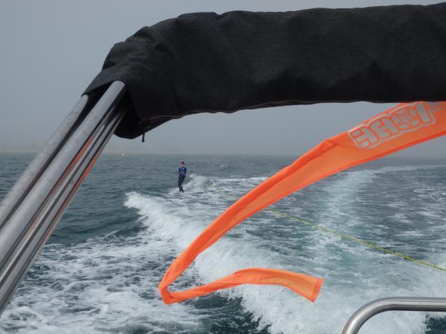 Photo d'un skieurs nautique depuis l'arrière d'un bateau