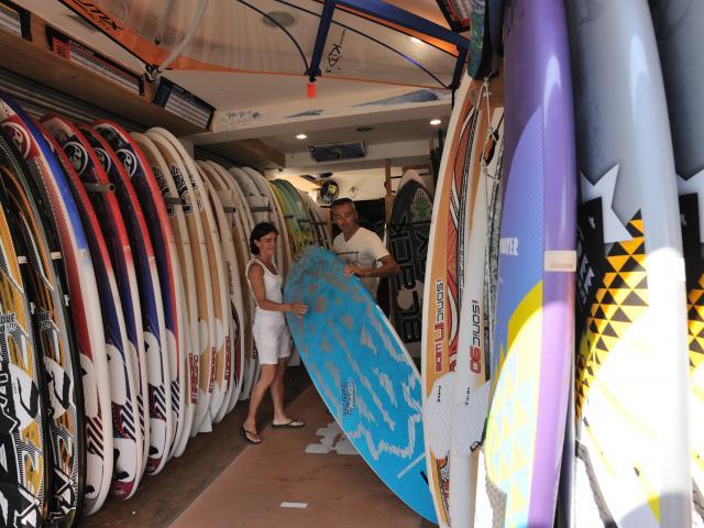 Matériel de glisse dans un Surfshop