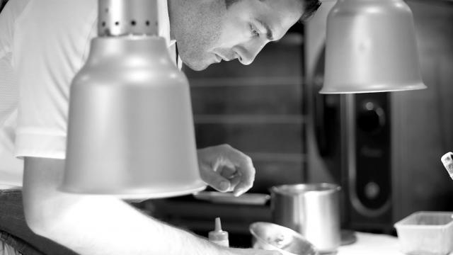 Photo du chef Erwan Houssin dans sa cuisine