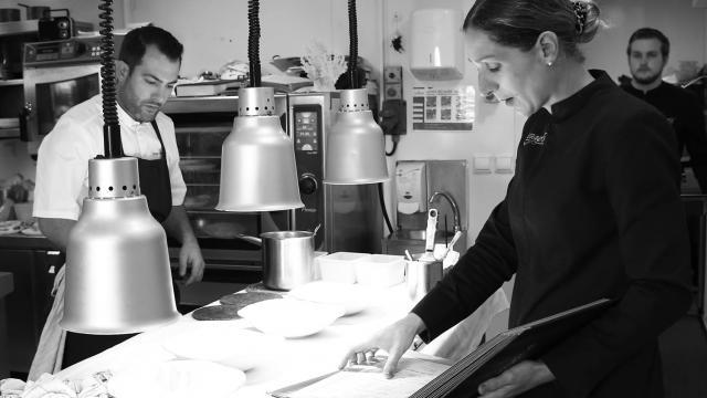 Photo d'Erwan et Pamela Houssin dans leur cuisine du Grand Cap