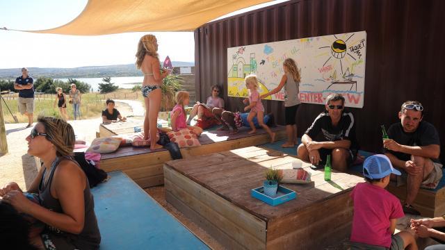 photo de la terrasse du Wesh Center Crew, plusieurs familles et enfants en train de manger sur des tables basses