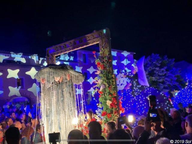 Photo de nuit d'un spectacle pendant Sol Y Fiesta