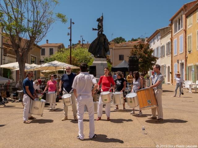 Photo d'une fanfare sur la place de Leucate Village pendant Sol Y Fiesta Leucate Village