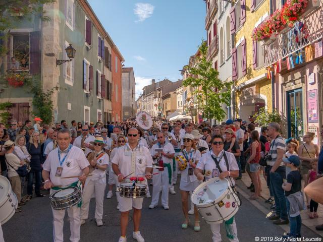Fanfare dans la rue principale de Leucate Village pendant Sol Y Fiesta