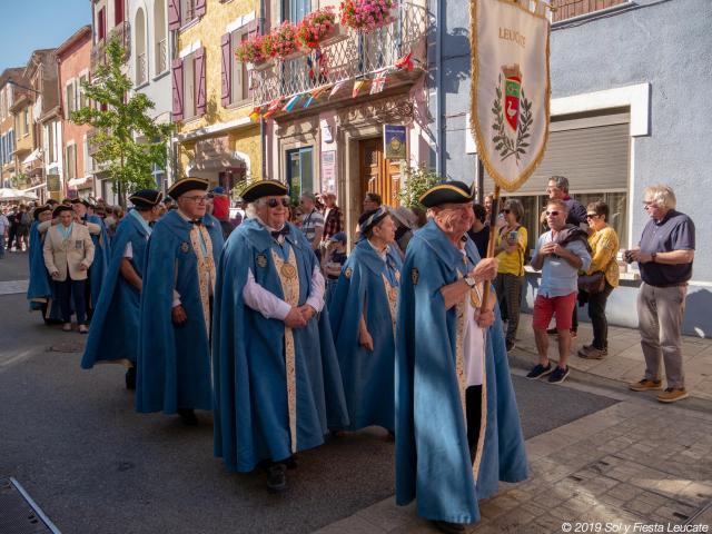 Défilé des consuls de la Seigneurie de Leucate dans la rue principale de Leucate Village pendant Sol Y Fiesta