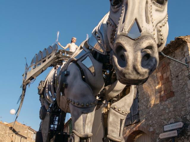 Photo d'une char en forme de cheval géant dans les rues de Leucate Village pendant Sol Y Fiesta