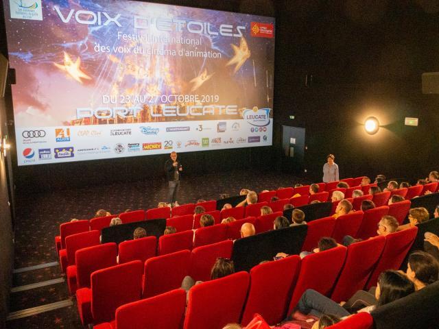 Photo d'uns salle de cinéma pleine de public pendant le festival Voix d'étoiles à Port Leucate