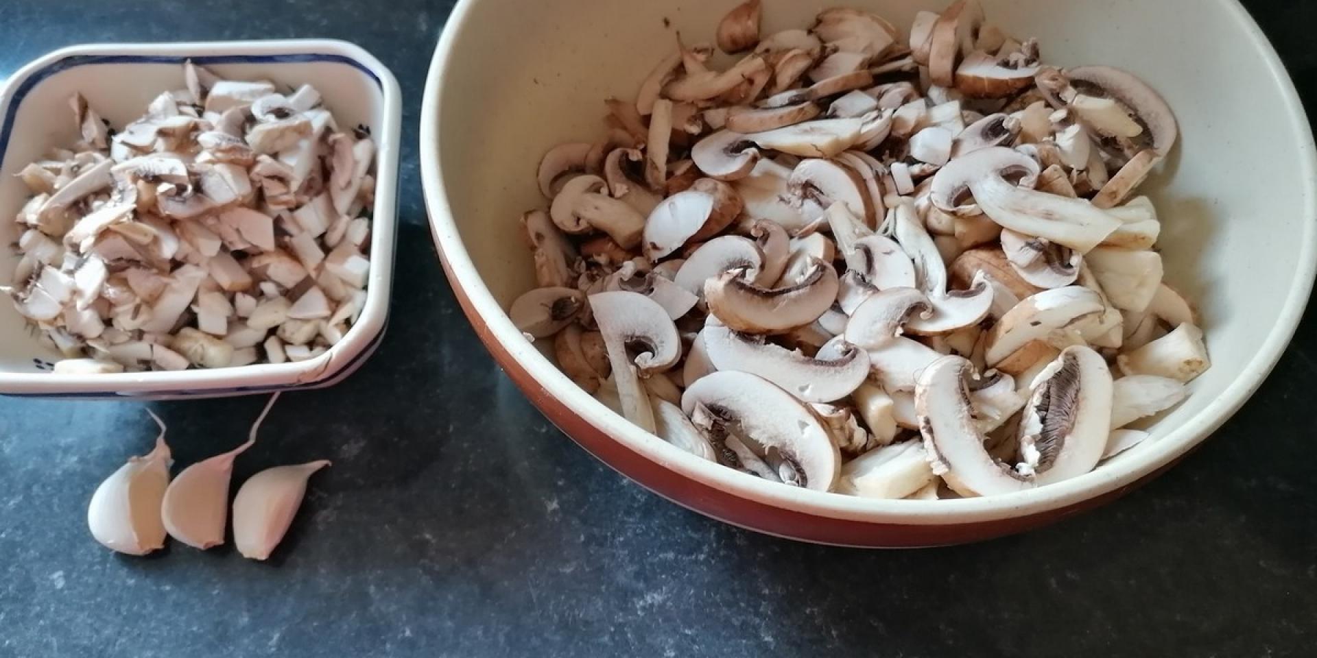 Champignons En Brunoise Et émincés