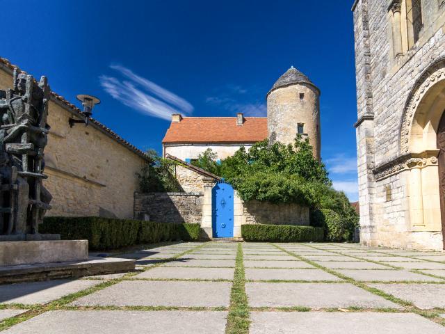 Parvis de l'église avec sculpture de Zadkine