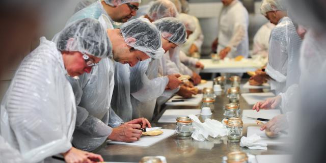 Atelier de préparation du foie gras - Ferme de Roubegeolle Vayrac