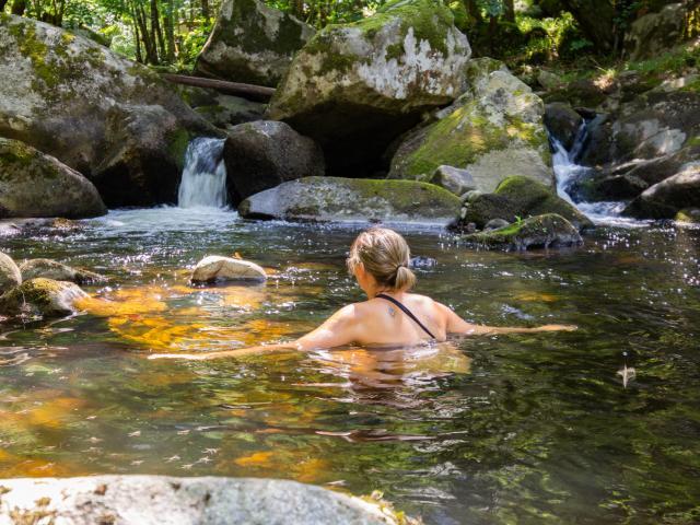 Baignade dans le ruisseau du Cayla