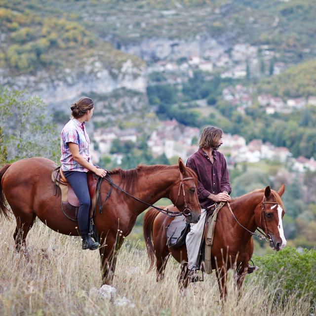 Cavaliers dans les falaises surplombant Cabrerets