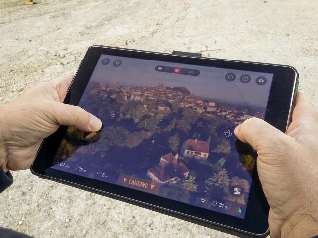 Cyril au commande du drone - prise de vue à Gourdon