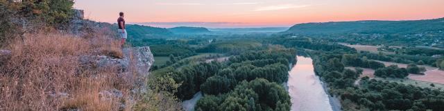 En contemplation devant la vallée de la Dordogne