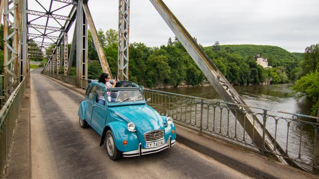 En 2CV sur le pont de Pinsac