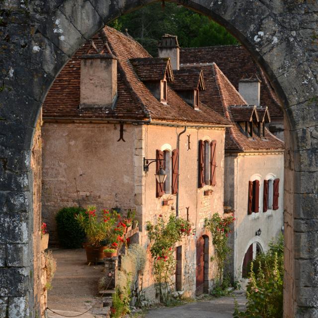 Entrée de St Cirq par la porte de Rocamadour