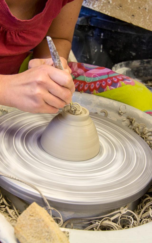 Façonnage d'un bol - artisan potier d'Uzech-les-Oules
