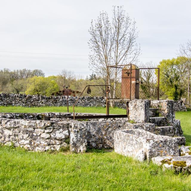 Fontaine publique à Escamps