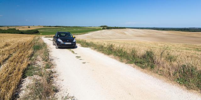 La voiture de Lot Tourisme en Quercy Blanc